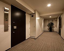 共用廊下はホテルライクな上質感が漂う内廊下設計を採用。風雨にさらされることもなく、プライバシー性やセキュリティ性も向上させる快適で安心なプランニングとしています。