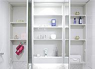 三面鏡の裏側はブラシや化粧品・洗面具などがすっきりと収まる便利な収納スペースとなっています。
