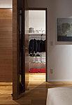 ハンガーパイプのほか上部に棚があり、衣類をはじめ様々なアイテムがたっぷり収納できる大容量空間です。その分、室内がすっきりと活用できます。
