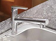 水栓は高性能浄水カートリッジが一体のスッキリしたタイプ。ホースを引き出せるのでシンク洗浄も簡単です。