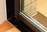 2枚の板ガラスの間に空気層を設けた複層ガラスを採用。断熱効果が期待できるため、冷暖房費を節約でき、省エネにも貢献します。