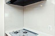 コンロまわりの壁には、汚れにくくお手入れも簡単なホーロー製のパネルを採用。ベースが金属なので、マグネットの取付が可能です。