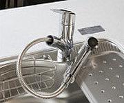 ヘッドが引き出せ、ワンタッチで浄水・原水・シャワーの切り替えができる水優先吐水機能付き水栓を採用。