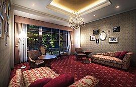 赤いタイルカーペットをフロアに敷き詰め、クラシカルな華やかさを現代的にアレンジしたインテリアコーディネート。間接照明の折上天井やシャンデリア、カーテンなど統一されたテイストで演出しました。