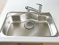 水跳ね音を抑える静音仕様シンクは、中華鍋も洗えるゆとりのスペースを実現。便利な水切りプレートや小物置きも設けています。