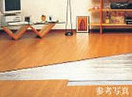 リビングには、足元から優しく暖めるガス温水式床暖房「ヌック」を設置。