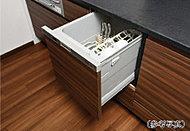 後片付けの手間が減らせ、食器の出し入れも楽な姿勢で行えるスライドオープンタイプの食器洗い乾燥機を標準採用しています。