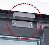 全住戸の開口部と玄関には大阪ガスセキュリティサービスと連動した防犯(マグネット)センサーを設置。※FIX窓・バスルームを除く。