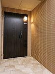玄関ドアの開閉時に部屋の中が見える事態を抑制し、プライバシーを守るアルコーブ。迎賓空間にふさわしい、タイル貼りの上質な意匠です。