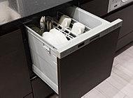 上から楽な姿勢で食器を出し入れできる、スライドオープンタイプの食器洗い乾燥機。衛生面や騒音、省エネなどに配慮しています。