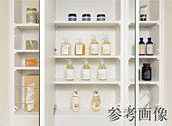 化粧台の三面鏡の裏には収納を確保。洗面小物やメイク道具がスッキリ収まります。