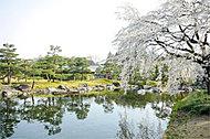 白鳥庭園 約1,930m(徒歩25分)