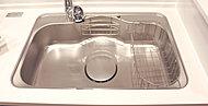 大きな鍋も丸ごと洗えるワイドシンクを採用。また、蛇口を開けばいつでも美味しい水が使える高性能な浄水器付きです。