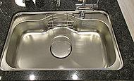 大きな鍋などもラクラク洗える、ワイドシンクを標準装備。静音仕様で水はね音も抑えます。