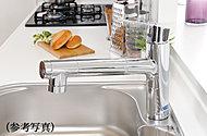 簡単な操作で水・お湯を切り替えられ、浄水機能も兼ね備えた水栓を採用。ヘッドが引き出せるためシンクのお手入れや調理器具の洗浄に利用できます。