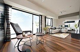 南西向きの2面の窓から差し込む陽光が室内を隅々まで照らし、1日を通して開放感のある暮らしが楽しめます。