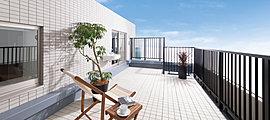 お気に入りの空間作りのできる広々としたルーフバルコニー。ルーフバルコニー付の住戸が3タイプあり、空の広さや開放感を満喫できます。日々を楽しむ、豊かなライフスタイルへの期待がふくらみます。