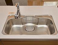 シンク裏側に振動を軽減する素材を装着し、気になる水はね音を抑制する静音シンクを採用。