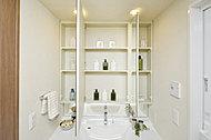 洗面化粧台の三面鏡裏には、スキンケアなどの洗面小物が整理できる収納棚を設置。
