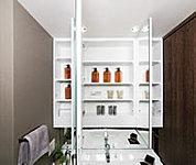 洗面小物などを効率的に整理できる多機能収納棚を設置。中央鏡は、くもり止め機能が付いています。