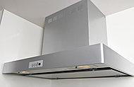 美しいシルバー塗装のレンジフードは整流板付。臭いや煙をしっかり排気し、キッチン内の空気環境をきれいに保ちます。