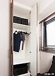 可動棚やハンガーパイプを装備したクロゼットを各居室に設置。収納するサイズに合わせて調節でき大変便利です。
