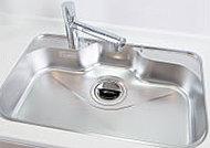 流水音を軽減する低騒音仕様のシンクを採用。表面に傷がつきにくい耐久性に優れたワイドシンクです。