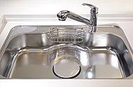 大きな鍋も楽に洗えるワイドサイズ。水はね音などを抑える静音仕様です。