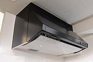 吸い込み効率が高い整流板付で、臭いや煙をスムーズに排出、キッチン内の油汚れも抑えます。