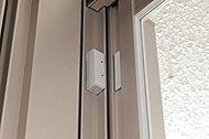 センサーセット時に窓や玄関が開けられると警報が鳴り、異常を通報します。(面格子付のサッシ除く)