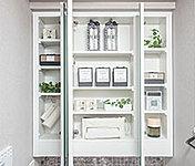 ミラーの裏側のスペースが収納となっており、化粧品や小物類を収納することができます。※洗面化粧台セレクト可能。