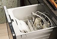 キッチンキャビネットには、スイッチ一つで洗浄から乾燥まで自動で行う、ビルトインタイプの食器洗い乾燥機が設定されています。