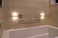 浴室をやさしく照らすLEDの壁付き間接照明ユニット。電球色のやわらかな光が上下に広がり、気持ちもゆったりと癒されます。