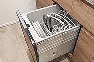 キッチンキャビネットにはスイッチ一つで洗浄から乾燥まで自動で行う、ビルトインタイプの食器洗い乾燥機が標準装備されています。