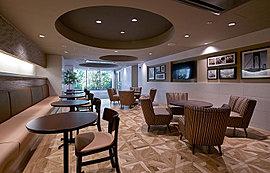 テレビを見ながらパンとコーヒーが楽しめる、くつろぎのカフェスペース。