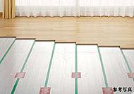 リビング・ダイニングには埃や塵を巻き上げず、足元からやさしく部屋全体を暖めるTES温水式床暖房をご用意。