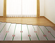 足元から埃を立てずに、やさしく部屋全体を暖めるガス温水式床暖房を採用しました。※リビング・ダイニング