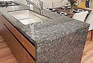 キッチン天板と側面パネルには、美しく高級感溢れる天然石を採用しました。