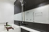 浴室ミラーは、機能性とインテリア性を備えたワイドタイプです。