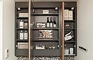 三面鏡の裏は、洗面用具や細かなメイク用品などの整理に便利な収納スペースに。また。清掃性とデザイン性に優れるフレームは、標準仕様としています。