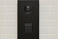 玄関前に来訪者を確認できるカメラを設置。エントランスと二重で確認できます。