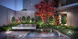 """""""清らかな時""""という贅。潤いと寛ぎの景像美。重厚かつ織細な空間テクスチャーを照らす間接照明と自然光のコントラスト。縞格子のスリットの向こうに配される、京長屋の壷庭を引用した憩いの中庭「甑の庭」。"""