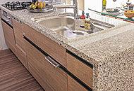 キッチン天板と側面には、美しく高級感溢れる天然御影石を採用しました。※側面天然石は独立キッチンタイプを除く