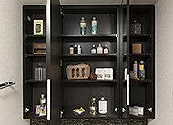 三面鏡の裏側が収納スペースになっています。化粧品や洗面用具などをすっきりと整理して収納できます。
