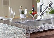 キッチン天板と側面には、高級感溢れる天然御影石を採用しました。