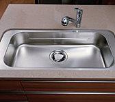 大きなお鍋も楽に洗えるワイドシンクは、水はね音を抑えた静音タイプ。