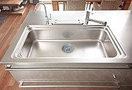 幅110cmのワイドシンク(Jタイプを除く)は、大きな鍋も楽に洗え、水はね音を抑えた静音タイプを採用しています。