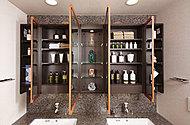大型鏡の裏には、化粧品などの整理に重宝する鏡裏収納スペースを確保しています。(鏡枚数は住戸によって異なります。)
