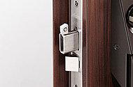 玄関ドアのロックには、鎌型錠がストライク部に噛み合い、バールなどのこじ開けに強い鎌式デッドボルトを採用。