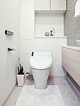 スタイリッシュなタンクレストイレを採用。人を感知すると自動開閉する便利な機能付です。
